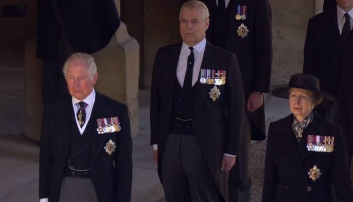 Βουρκωμένος ο πρίγκιπας Κάρολος στην κηδεία του πατέρα του