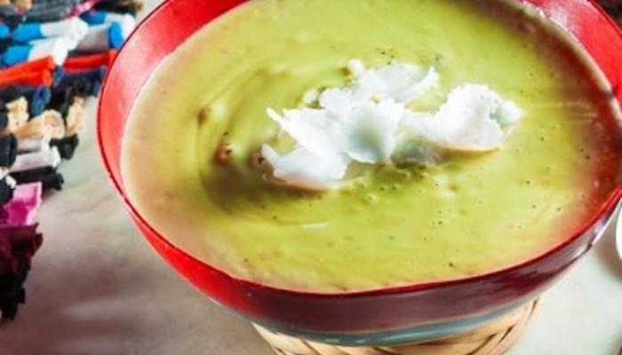 Κρύα σούπα από αβοκάντο, γιαούρτι και flakes καρύδας