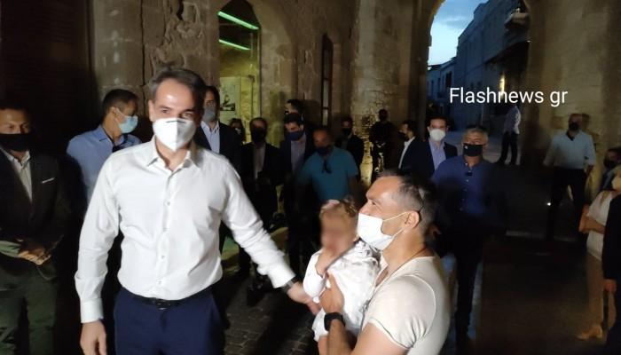Η τρυφερή φώτο του Πρωθυπουργού με ένα μωράκι και τα θαλασσινά μετά την εκδήλωση (φωτο)