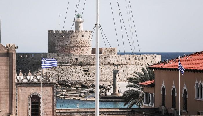 Kατηγορίες εις βάρος του 48χρονου που μαχαίρωσε αστυνομικό και αφαίρεσε  Ελληνική Σημαία