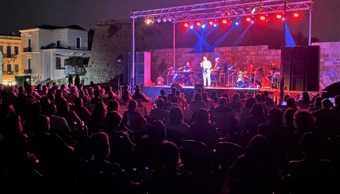 Η συναυλία του Δήμου Χανίων με τον Γιώργο Περρή στον Προμαχώνα San Salvatore (φωτο)