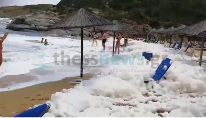 Πλημμύρισε «αφρούς» παραλία της Χαλκιδικής - Δείτε βίντεο