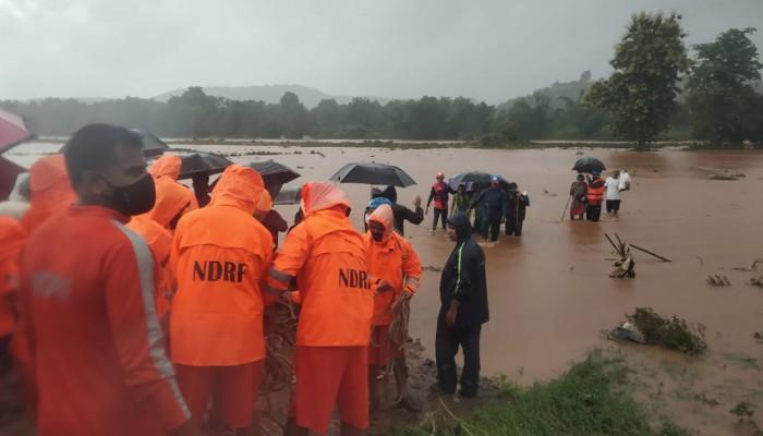 Ινδία: Τουλάχιστον 112 νεκροί από τις πλημμύρες και τις κατολισθήσεις