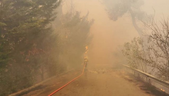 Επικίνδυνη φωτιά κοντά σε σπίτια στη Σταμάτα