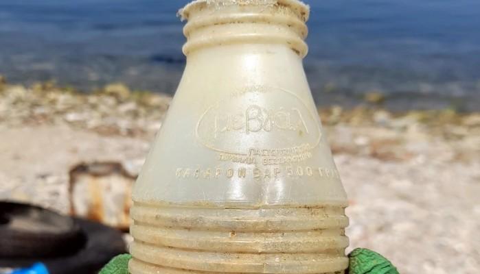 Θεσσαλονίκη: Ξεβράστηκε σε παραλία της πόλης πλαστικό μπουκάλι γάλακτος του 1980