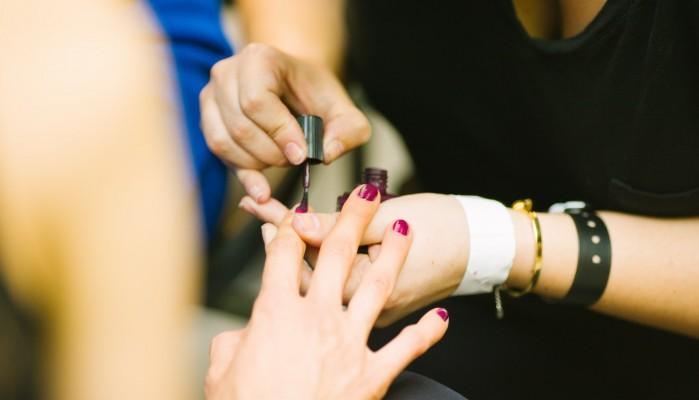 Συνήθειες που καταστρέφουν τα νύχια των χεριών σας