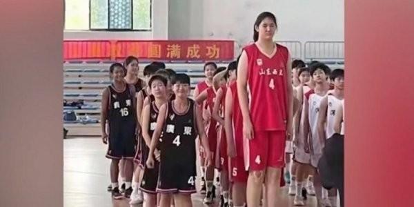 Ποιος Αντετοκούνμπο; 14χρονη Κινέζα κυριαρχεί στα παρκέ με ύψος 2.26 μέτρα!