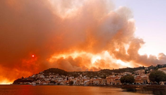 Φωτιά σε Εύβοια: Δραματική η κατάσταση - Πέρασε από τις Ροβιές - Καίγονται τα πρώτα σπίτια