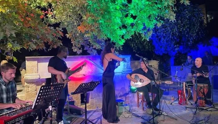 """""""Ένα μουσικό ταξίδι σε «κρυμμένα μονοπάτια» με τη βιολονίστρια Μαρία Μανουσάκη"""