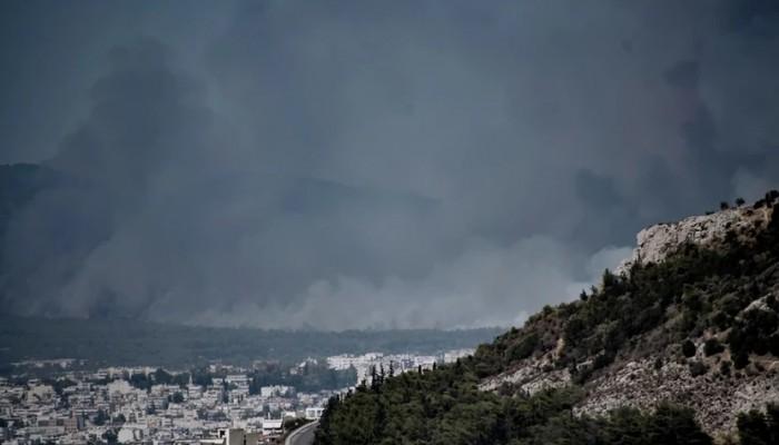 Βαρυμπόμπη: Σε τρία μέτωπα η πυρκαγιά - Αναζωπύρωση με συνεχείς εκρήξεις
