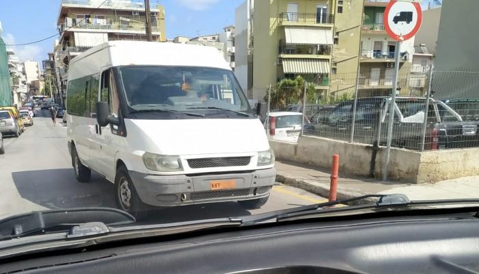 Αντίθετα σε μονόδρομο των Χανίων δημόσιο αυτοκίνητο (φωτο)