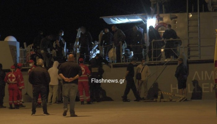 Μεταμεσονύχτιες ώρες έγινε η αποβίβαση των μεταναστών στην Παλαιόχωρα (φωτο)