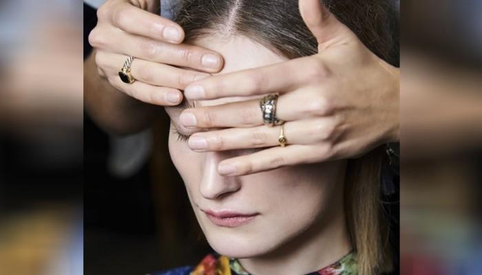 Το κόλπο των makeup artists για να φαίνονται τα μοντέλα ξεκούραστα στην πασαρέλα