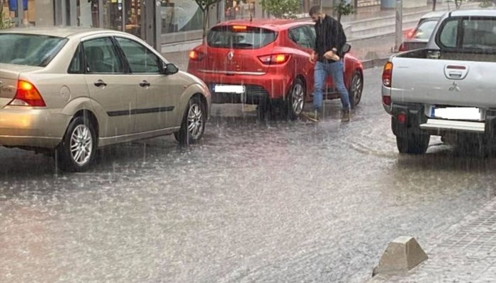 Ρέθυμνο:Ισχυρή βροχόπτωση έφερε πρόβλημα στην ηλεκτροδότηση-Πλημμύρισε η παλιά πόλη(φωτο)