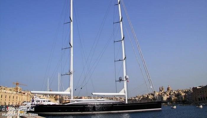 Πολυτελές ιστιοφόρο γιοτ μεγιστάνα έξω από το λιμάνι των Χανίων