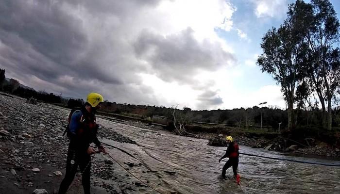 Συγκλονιστικές εικόνες από εκπαίδευση διάσωσης σε ορμητικά νερά στα Χανιά (βίντεο)