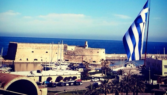 Ύψωσαν τη γιγάντια σημαία στο Ηράκλειο (φωτο)