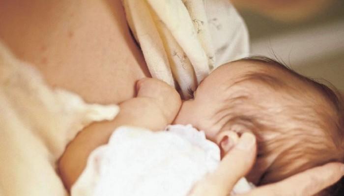 Κρήτη: Μέλος εφορευτικής, θηλάζει και αλλάζει το μωρό μέσα στο εκλογικό τμήμα!