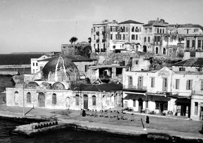 Старый порт г. Ханья. Монахини ведут учениц на экскурсию
