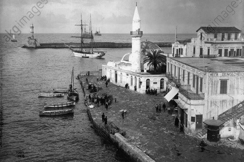Старый порт в Ханье и вид на Венецианский маяк