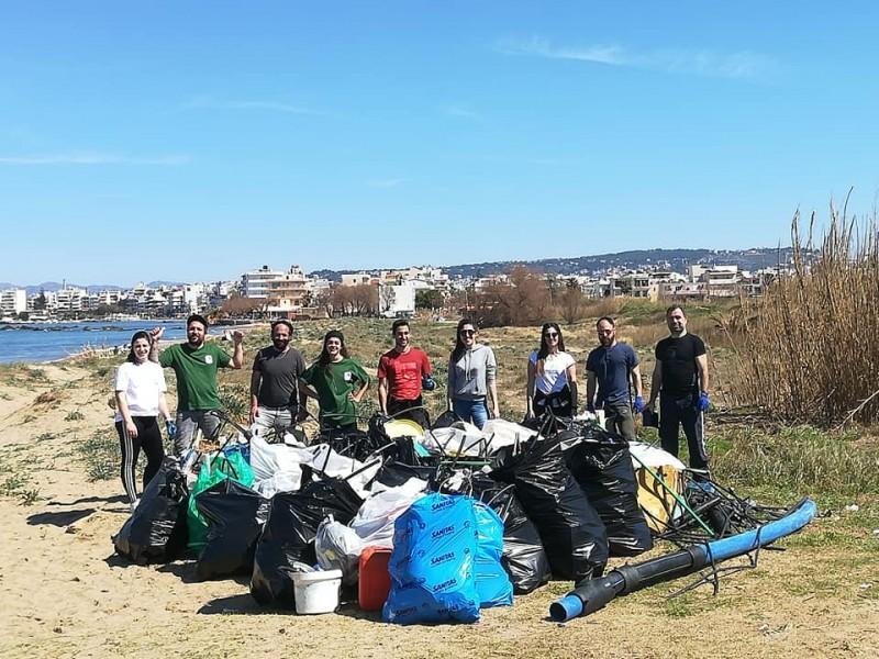 Подготовка к туристическому сезону: уборка мусора на пляжах Крита