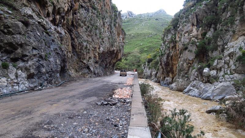 Eine Straße, die durch die Kourtaliotiko-Schlucht führt