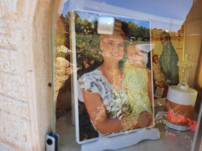 Ραγίζει καρδιές: Έφτιαξαν εικονοστάσι για την μητέρα που χάθηκε με την 3χρονη κόρη της σε τροχαίο[Φωτογραφίες]