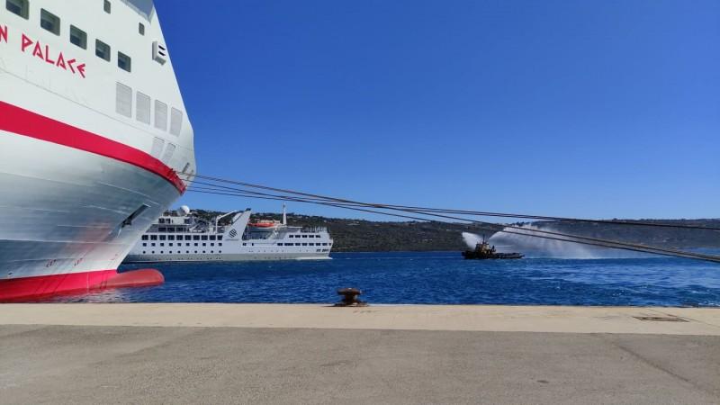 Xανιά: Με αψίδες νερού καλωσόρισαν τα δύο πρώτα κρουαζιερόπλοια – Εντυπωσιακά πλάνα